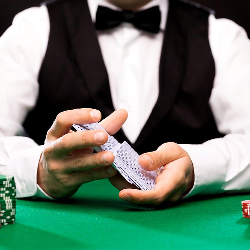 как называется человек в казино раздающий карты
